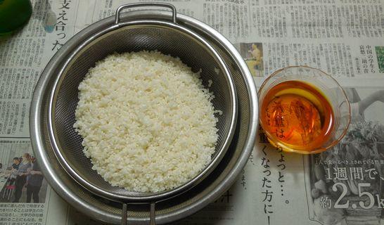お米(水洗い、ざる)